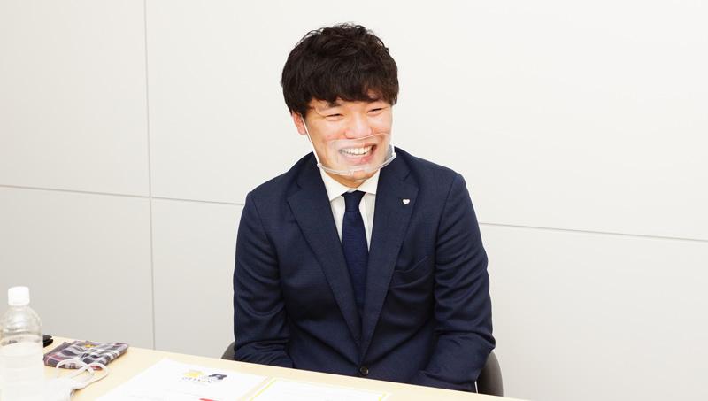 笑顔で話す﨑本さんの写真