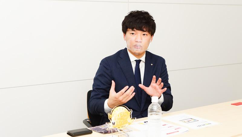 インタビューに応じる﨑本さんの写真