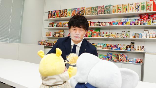 インタビューに答える﨑本さんの写真
