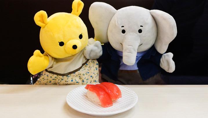 ノベゾウとプレミがお寿司を見ている写真