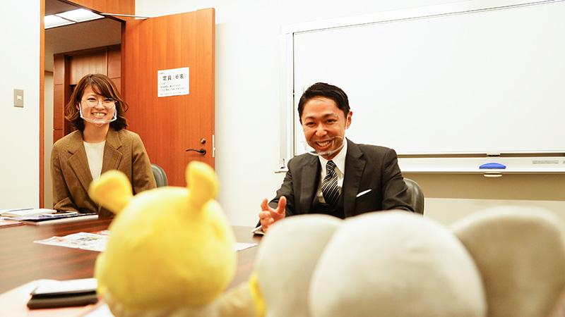 大ノベゾウとプレミが大久保さんと神田さんにインタビューしている写真