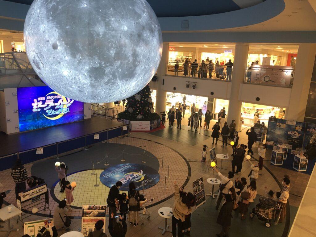 full moon projectという月形球体のバルーンの展示の写真